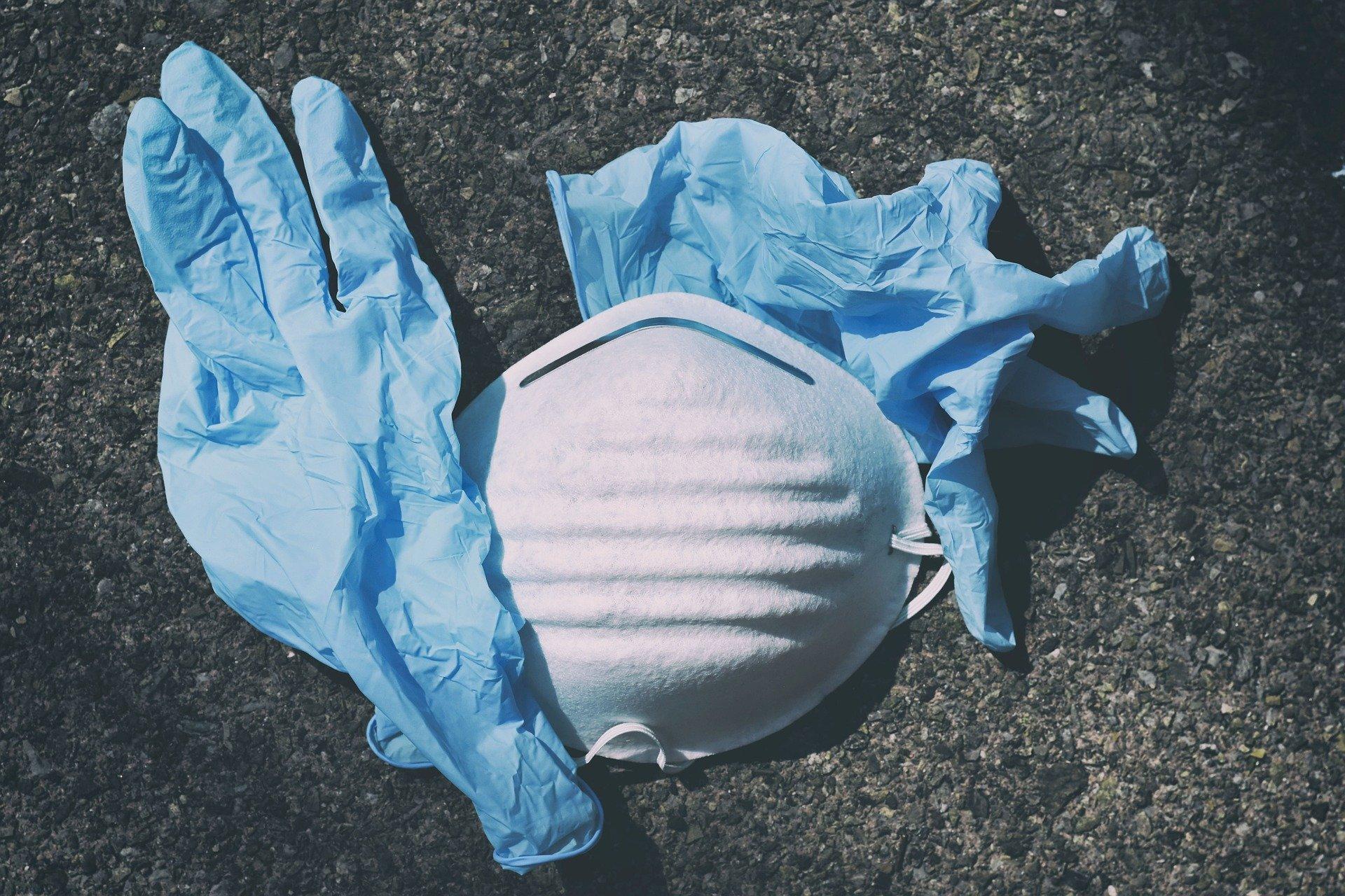 Mundschutz und Handschuhe