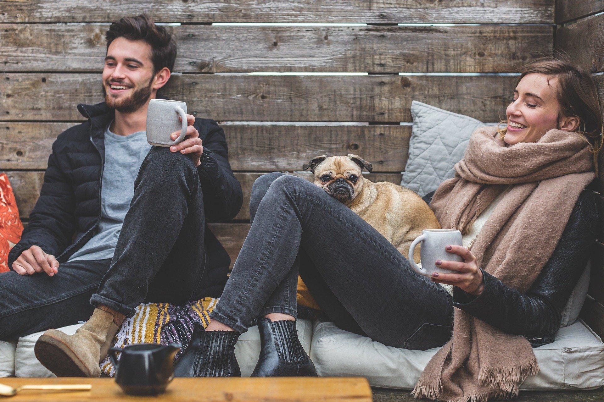 Mann, Frau und Hund relaxen im Freien