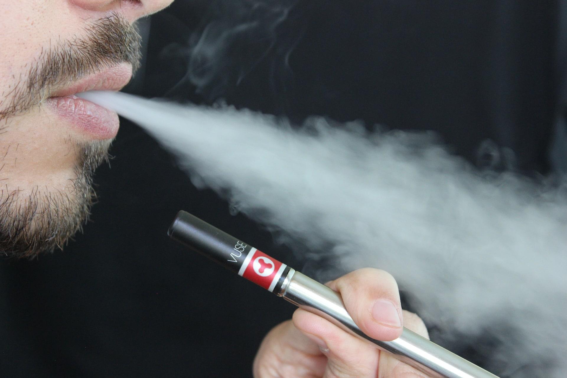 Mann raucht E-Zigarette