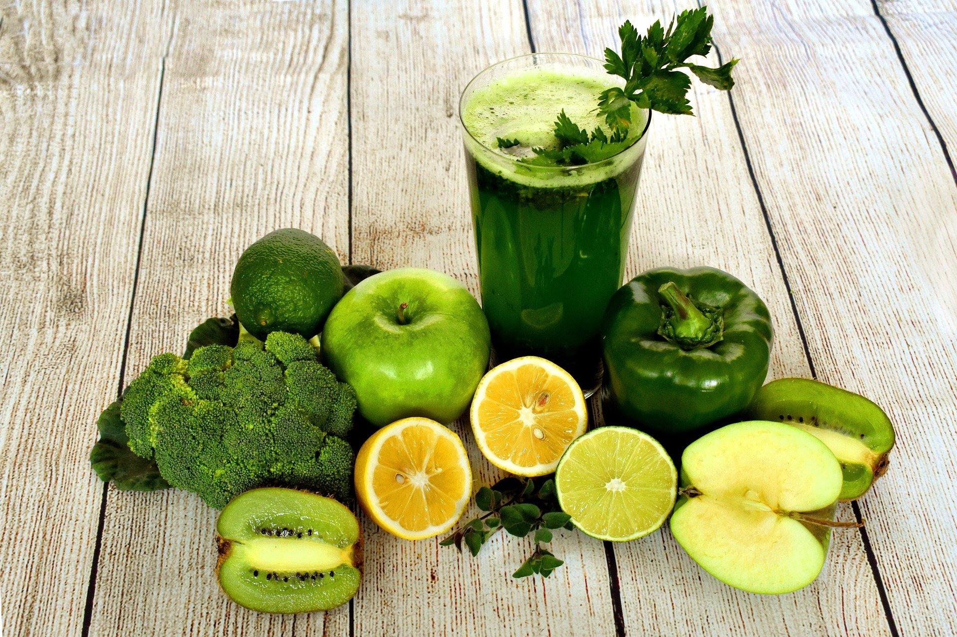Grünes Gemüse und ein Smoothie