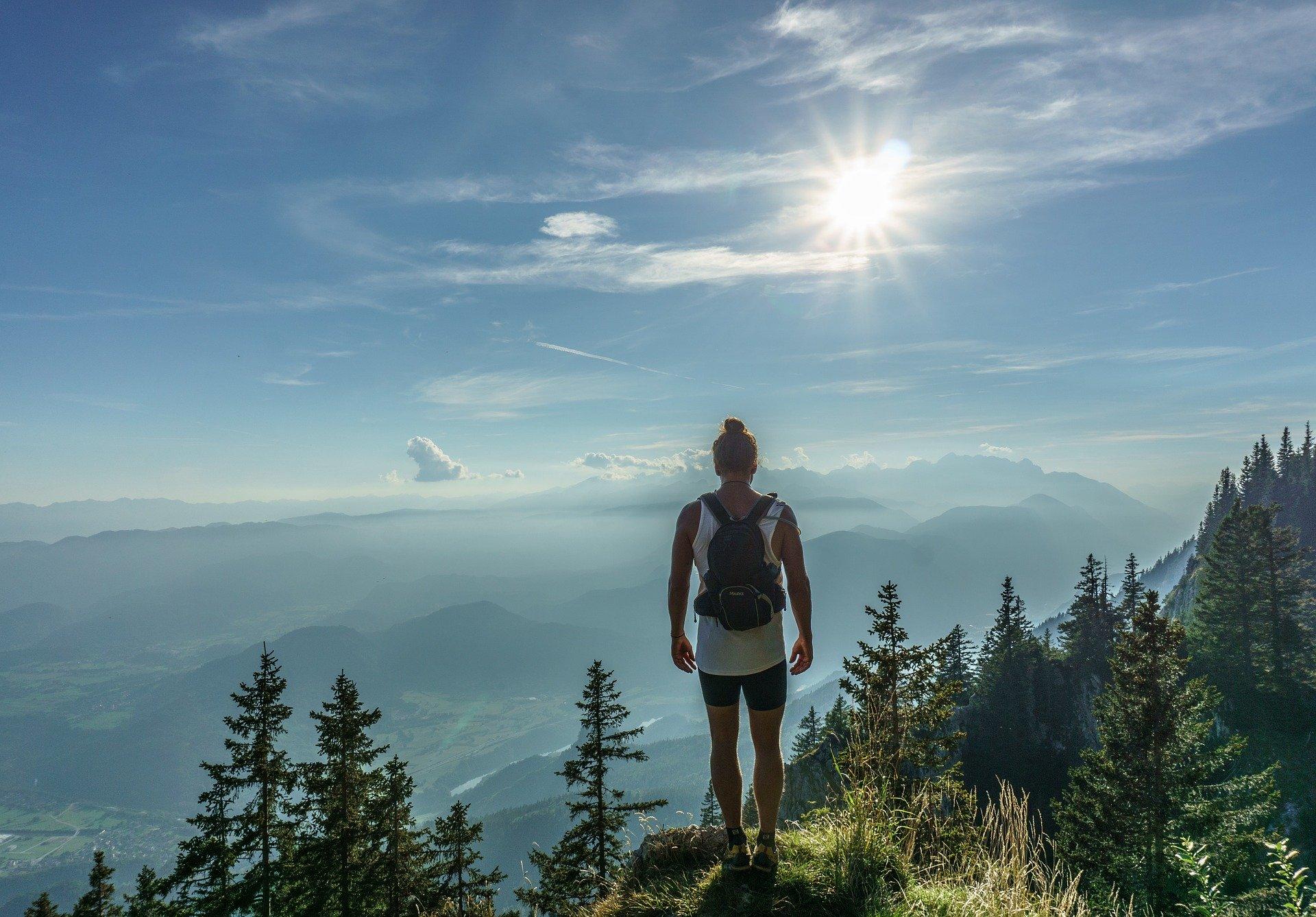 Frau beim Wandernin den Bergen